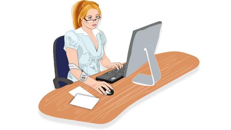 Frau arbeitet am Computer und trägt Masalo Manschette gegen Mausarm