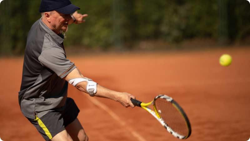 Tennisspieler mit Masalo Manschette MED gegen Tennisarm (Epicondylitis)